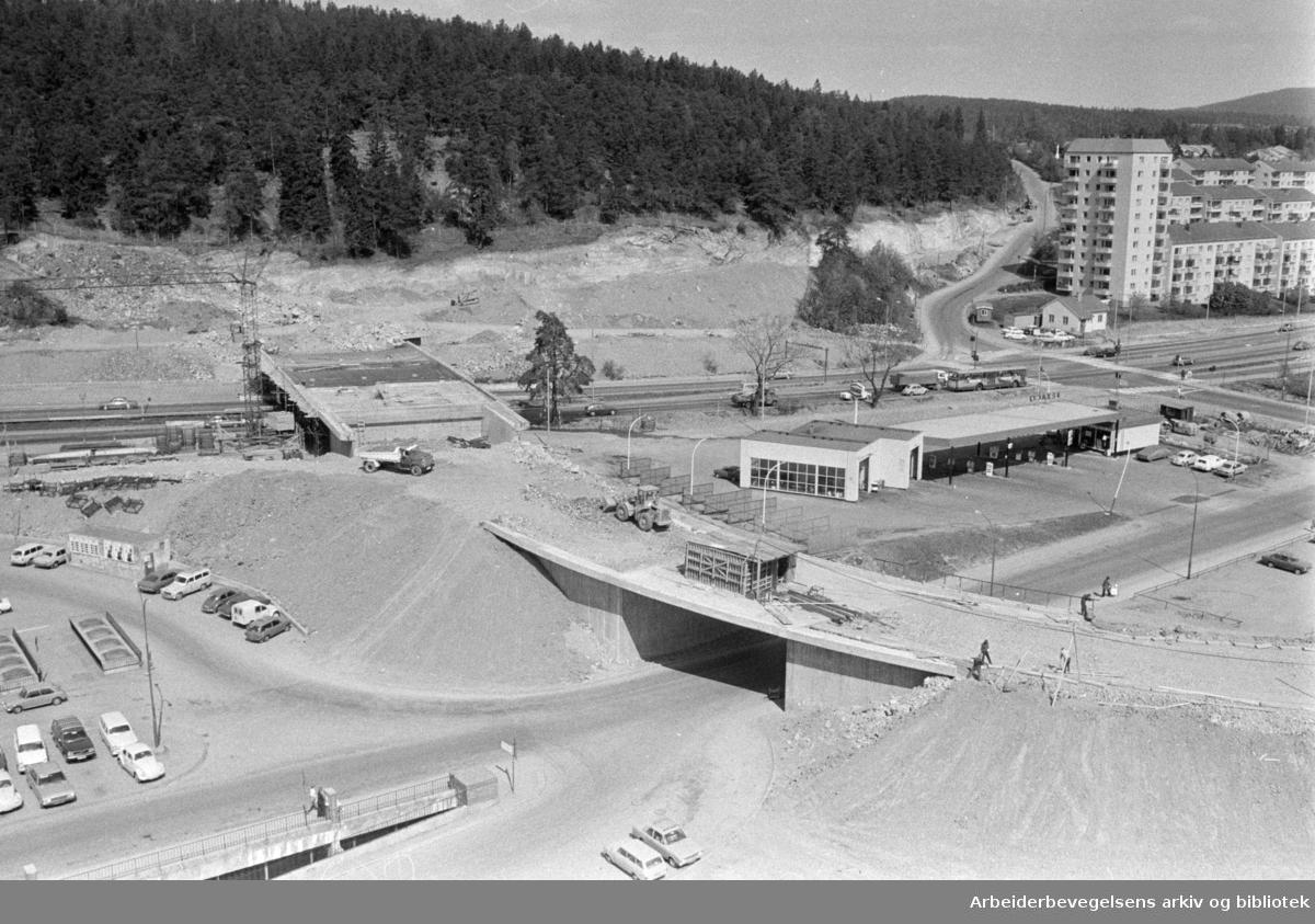 Linderudkrysset. Ny bru over Trondheimsveien. Mai 1974
