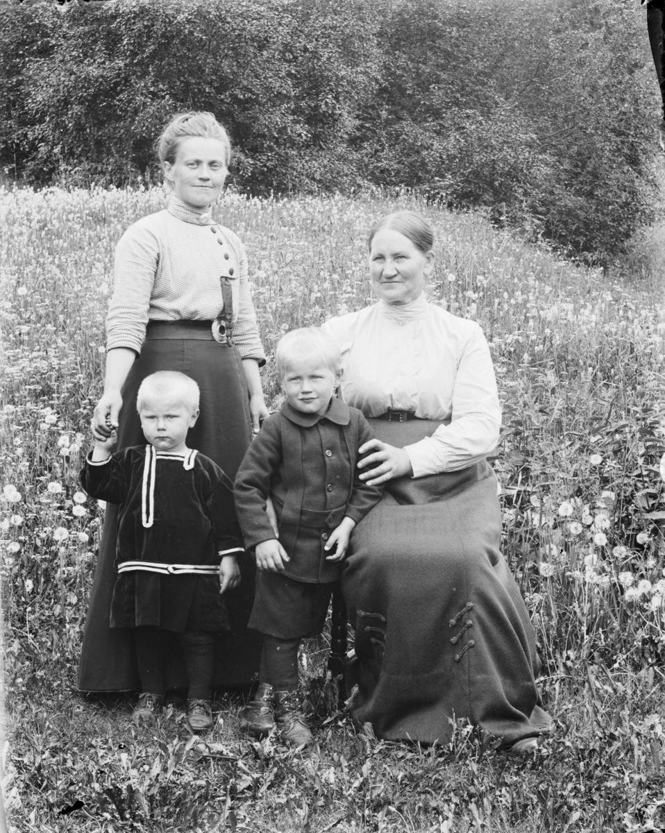 To kvinner og to barn - antakelig bestemor, mor og barn