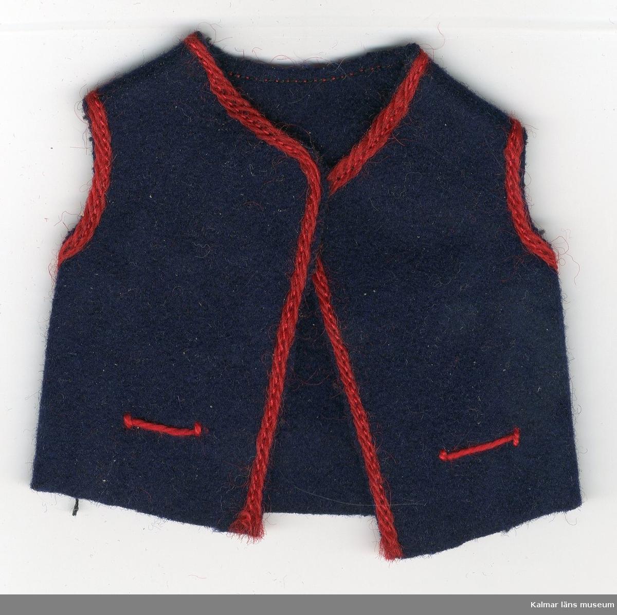 KLM 28082:83. Dockväst, herr, av textil, ylle. Del av dräkt, består av väst, blå, med röd kant runt ärmhålen, halsen, knäppningen och vid fickorna. Till nationaldräkt från: ?