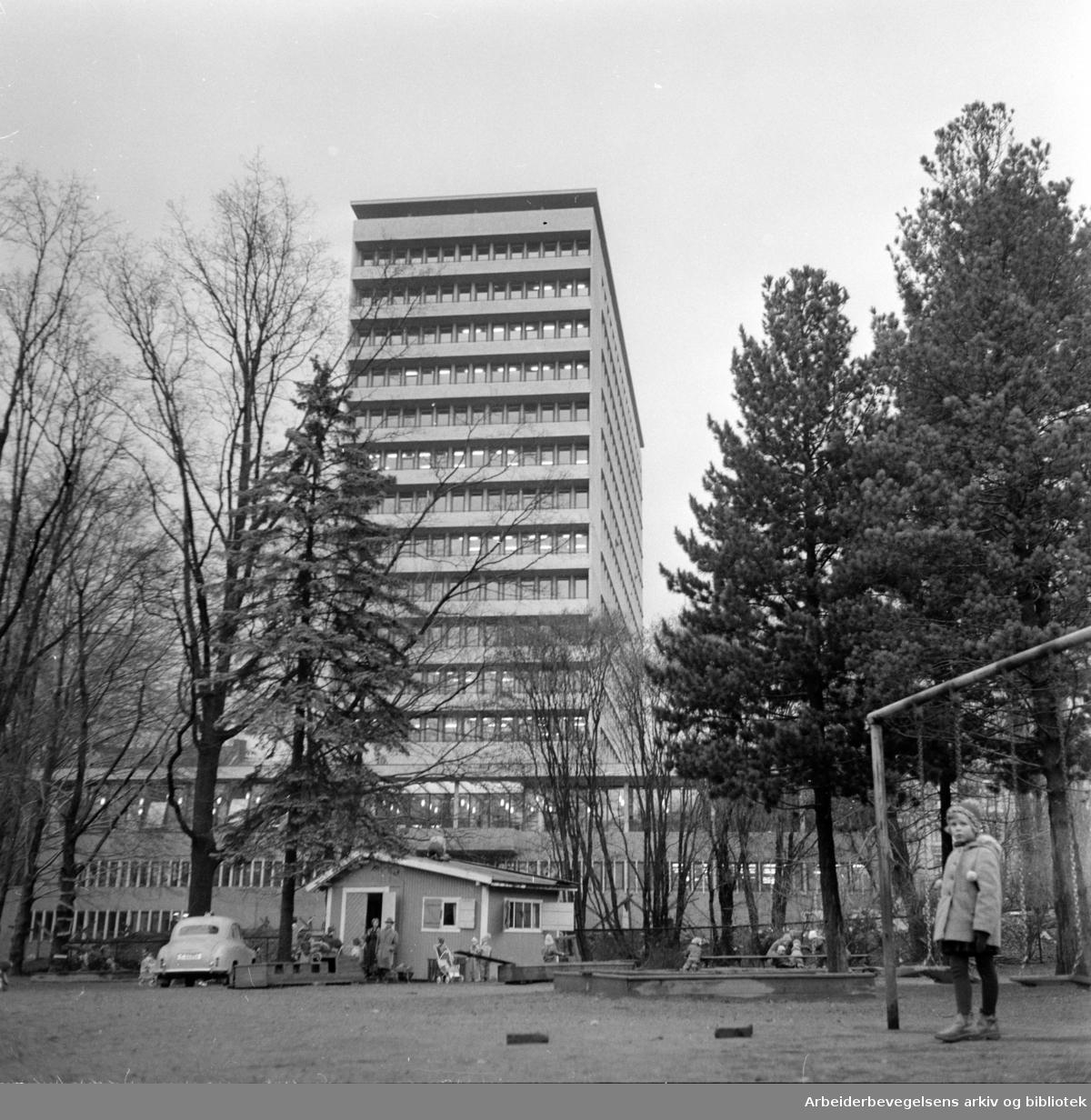 Norsk Hydros nye administrasjonsbygning i Bygdøy Allé..Desember 1960