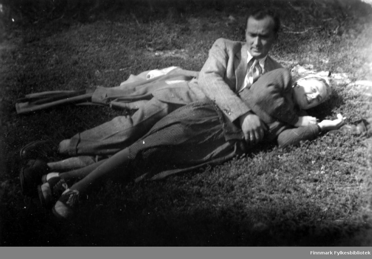 """""""Rammet av Amors piler?"""" står det under bildet. Familiealbum tilhørende familien Klemetsen. Utlånt av Trygve Klemetsen. Periode: 1930-1960."""