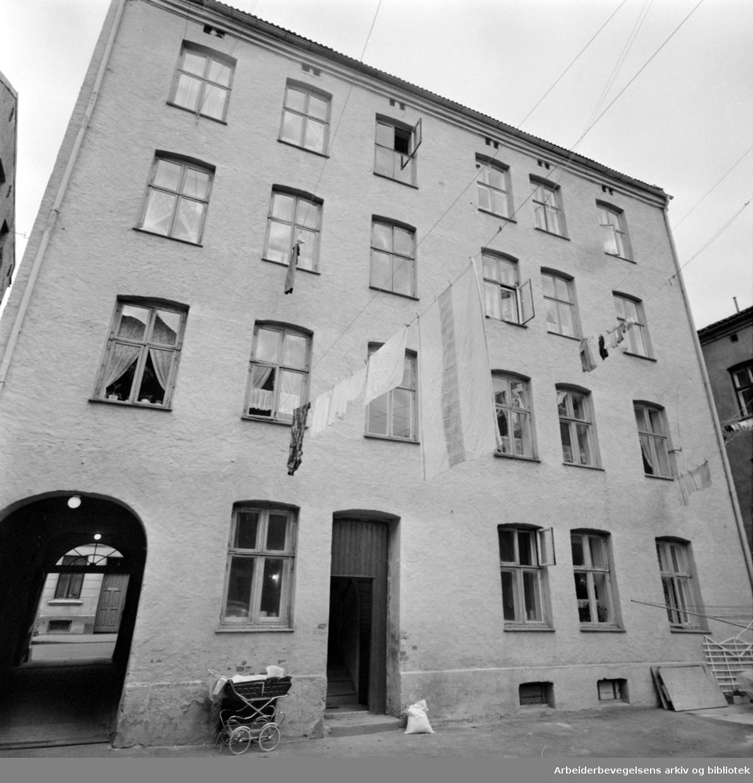 Grüners gate 15 som ønskes bygget om og modernisert innvendig av gårdeieren. Husleie vil da stige fra 156 til 876 kroner. September 1976
