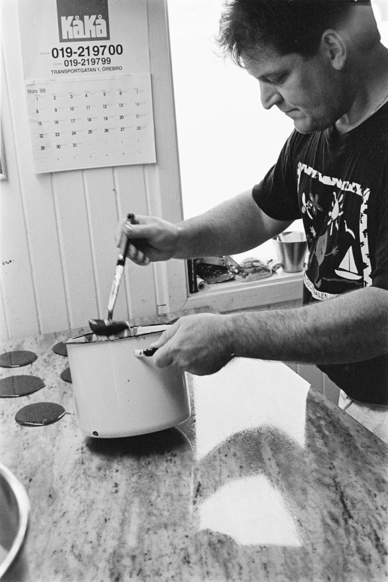 Åmål, Ole Dahls bageri. Bakning av påskkakor