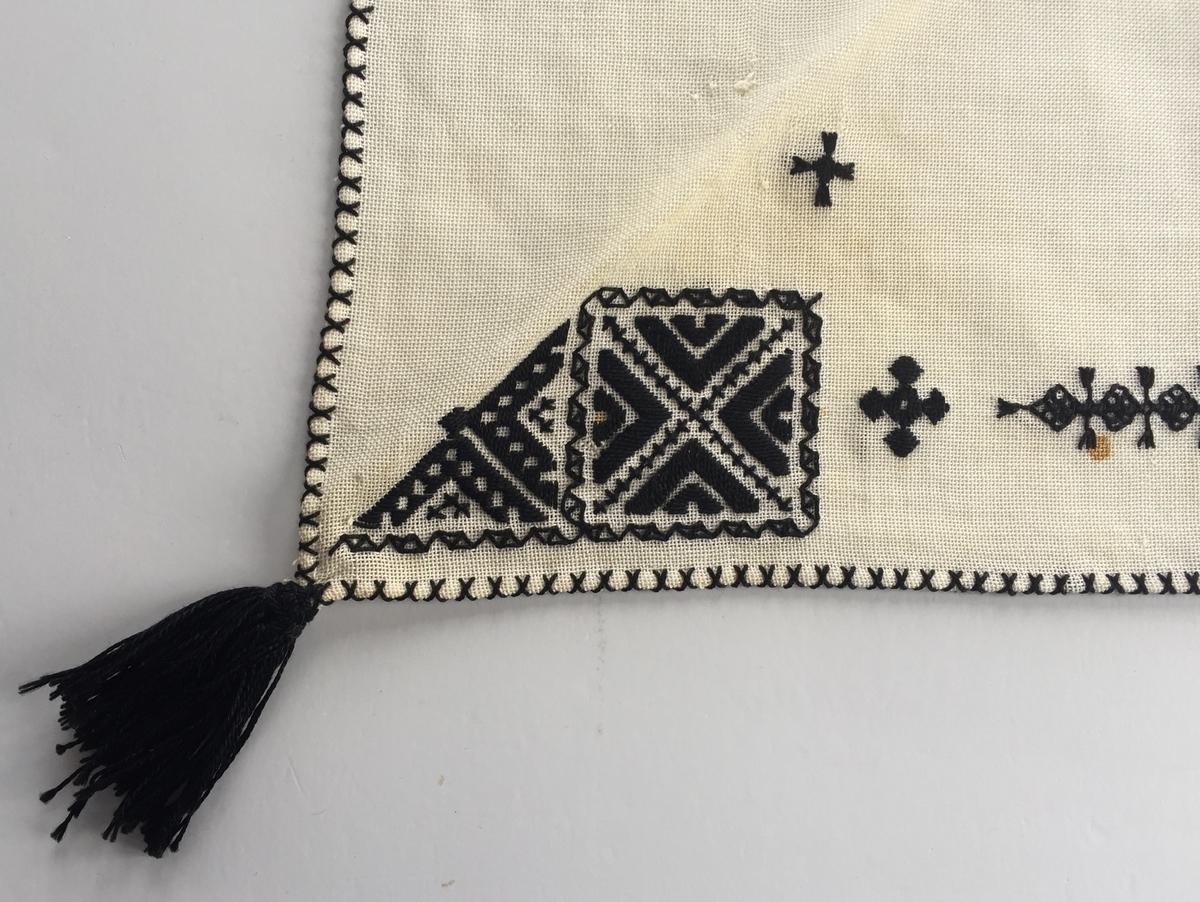 Geometriskt mönster  i kvadrater i hörnen. En bård mellan kvadraterna på ryggsnibb och framsnibbar.  På ryggsnibben tre kvadrater och en  majstångsspira samt märkning med årtal och initialer. På varje framsnibb en kvadrat och en trekant. Nio ornament.