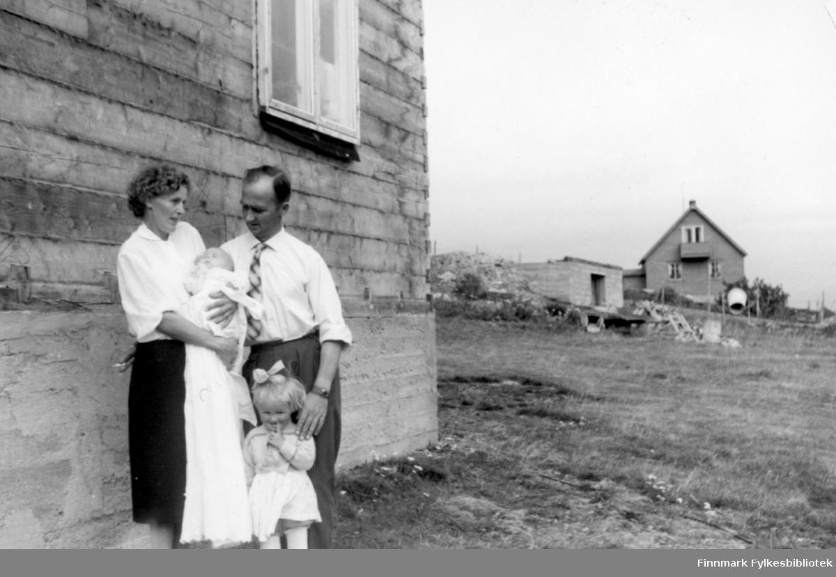 Sommeren 1960.  Mor og far, Anne og Trygve. Trygves barndåp. Familiealbum tilhørende familien Klemetsen. Utlånt av Trygve Klemetsen. Periode: 1930-1960.