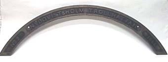 Bågformat hjulhusskylt av svartmålad mässing från loket No 2, UDDEVALLA.