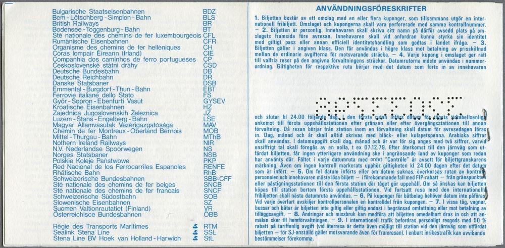"""På baksidan av biljetten står texten """"Användningsföreskrifter 1. Biljetten består av ett omslag med en eller flera kuponger, som tillsammans utgör en internationell fribiljett. [...]"""". Det står ytterligare information om reglerna gällande för biljetten på baksidan, informationen finns på flera olika språk på insidan av omslaget och på baksidan av vissa kuponger. Framsidan av omslaget har text på fem olika språk samt SJ loggan och en bild på ett tåg i det övre högra hörnet. Texten på svenska:  """"Statens Järnvägar Kontrollnummer 32033796 Tilltalsnamn L O Efternamn Karlsson Signatur Sista giltighetsdag 11.07.1995 Utfärdande tjänsteställe Statens Järnvägar Personalservice"""". Framsidan har även två röda stämplar på olika språk. Omslaget innehåller en kupong som gäller för Norges Statsbaner, NSB 1 klass och den är grönmönstrad. Den har fyra rutor som är numrerade 1 - 4 och där kan man fylla i fyra olika giltighetsdagar när man åker med deras tåg. Tre av rutorna är ifyllda med datum """"250695"""", """"270695"""", """"010795"""" och ruta 2-3 är stämplad. Kupongen har även en ruta för vilken järnväg som den gäller för och ruta för kontrollnummer."""