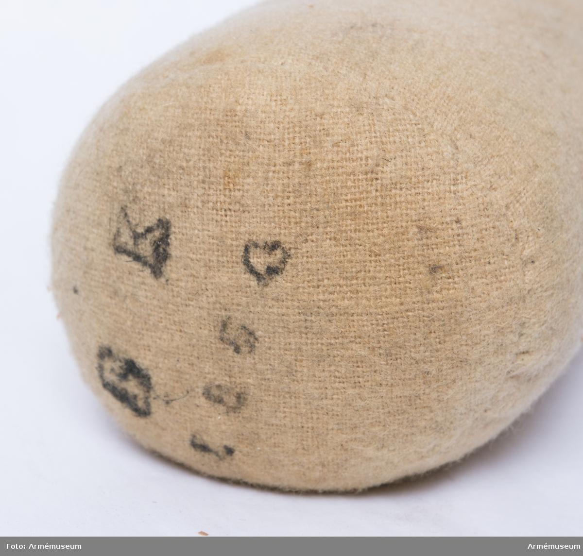12-pundig rundkula med kardus i ulltyg, fylld med risgryn.