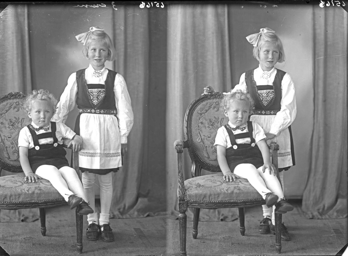 Portrett. Familiegruppe på to. Søsken. Ung pike i nasjonaldrakt og ung gutt. Bestilt av Bjørn Våg. Aarek.
