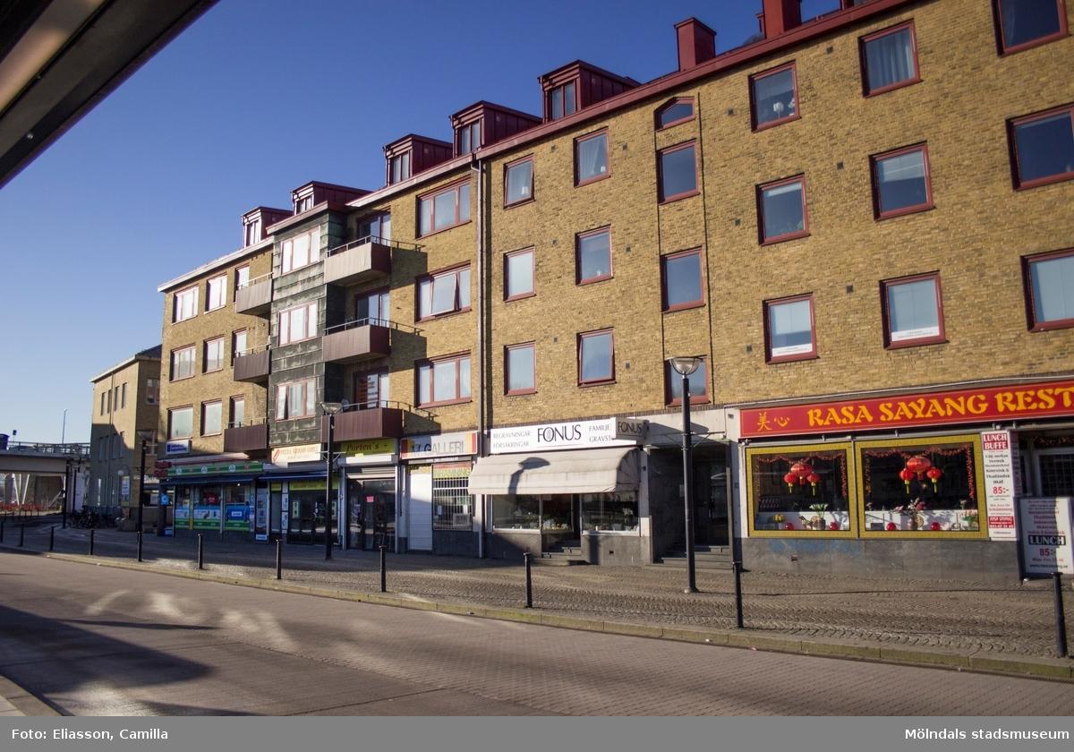 Vy från spårvagnshållplatsen mot Centrumhuset på Göteborgsvägen 1-5 (Havskatten 3), år 2015. Dokumentation av platsen innan rivning och nybyggnation.