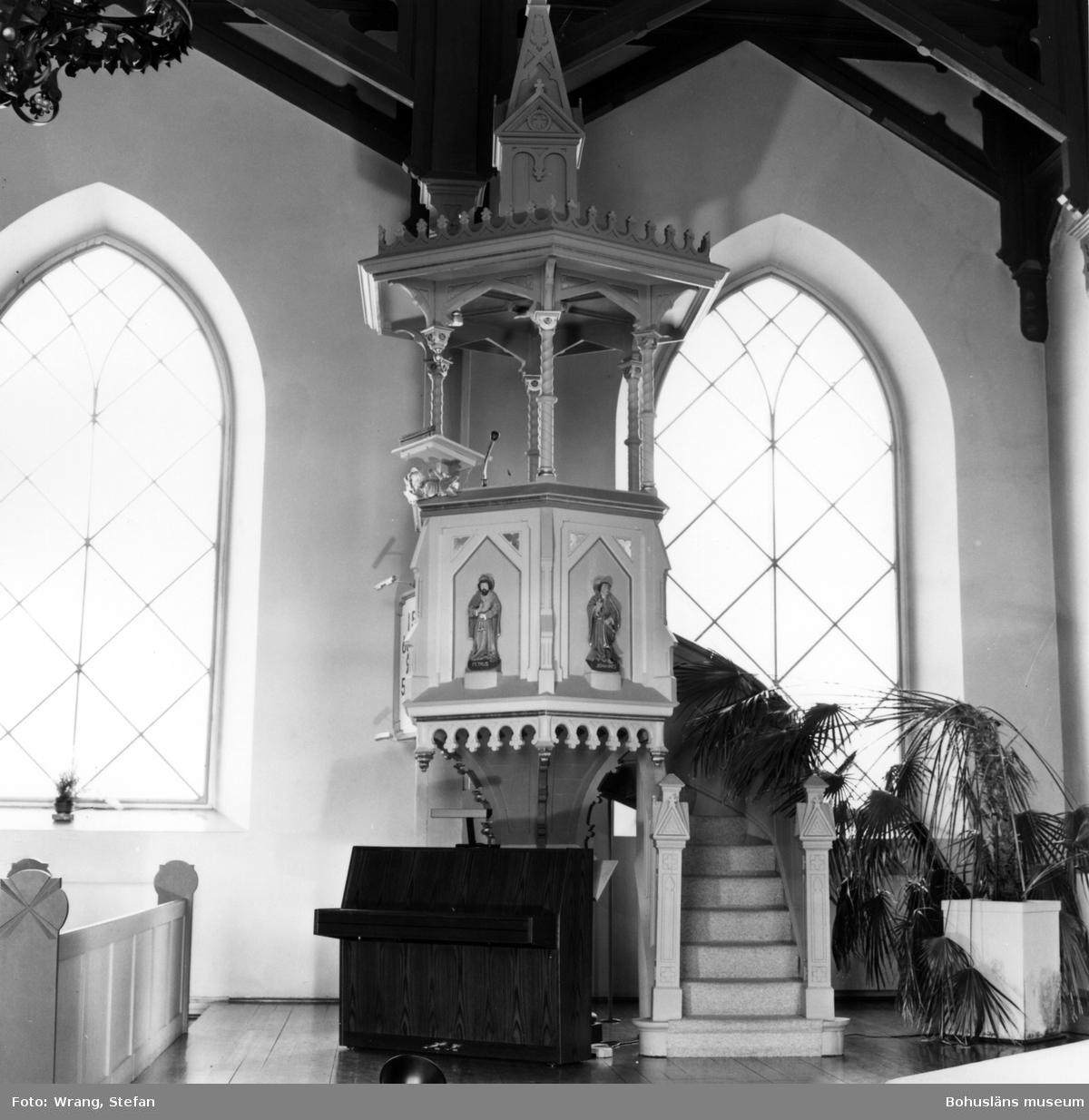 """Text till bilden:""""Grebbestads kyrka. Predikstolen""""."""