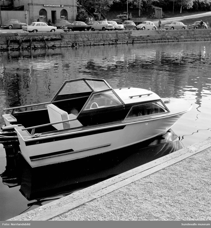 En fritidsbåt Capir ligger förtöjd i Selångersån. Båtmodellen tillverkades  på Alnö och hade tidigare samma år gjort succé på båtmässan i Stockholm.