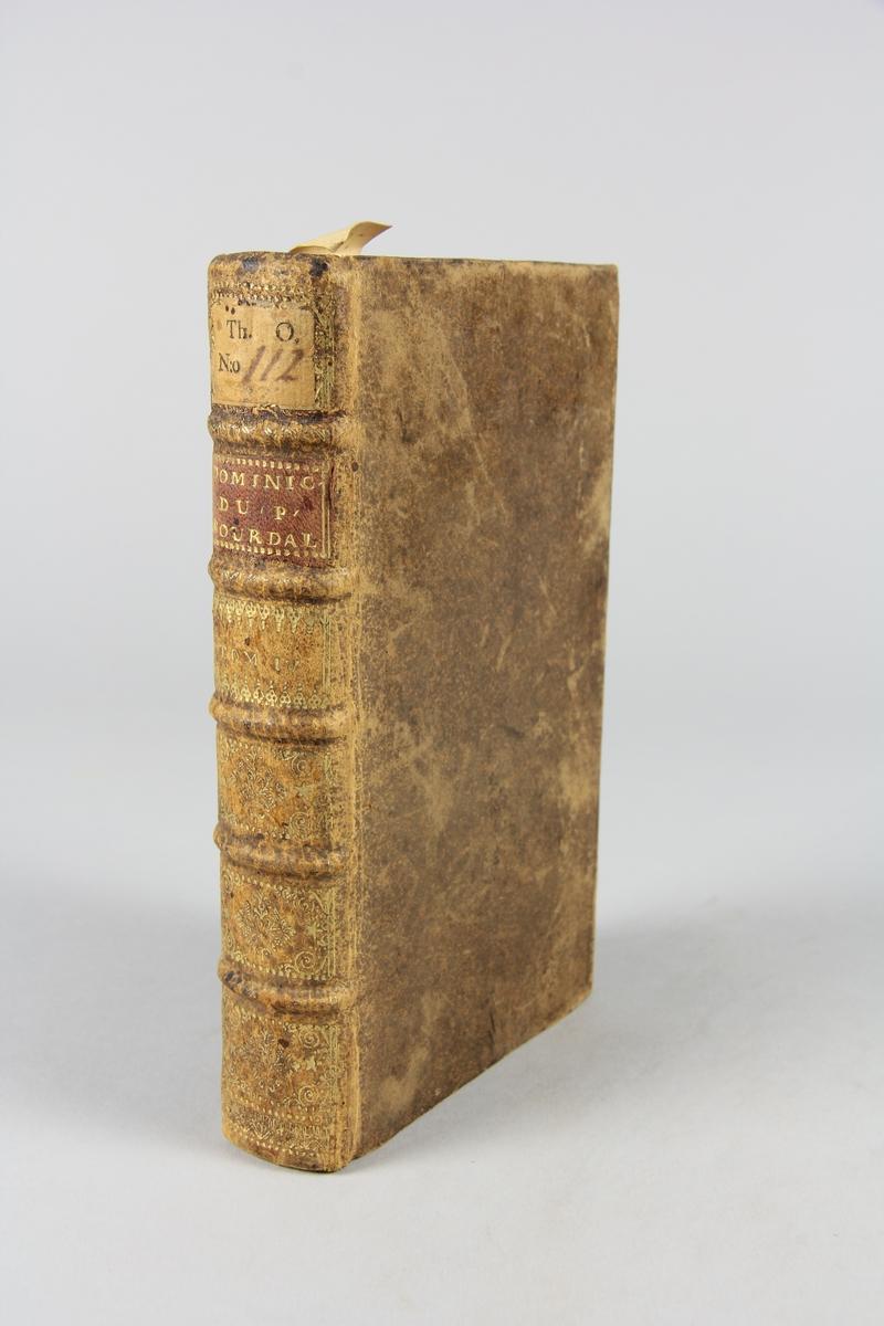 """Bok, helfranskt band, """"Sermons du Pere Bourdalouë"""" , del IV, tryckt i Paris 1716. Skinnband med guldpräglad rygg med fem upphöjda bind. Titelfält med blindpressad titel och volymens nummer, rödstänkt snitt. Etikett med samlingsnumret."""