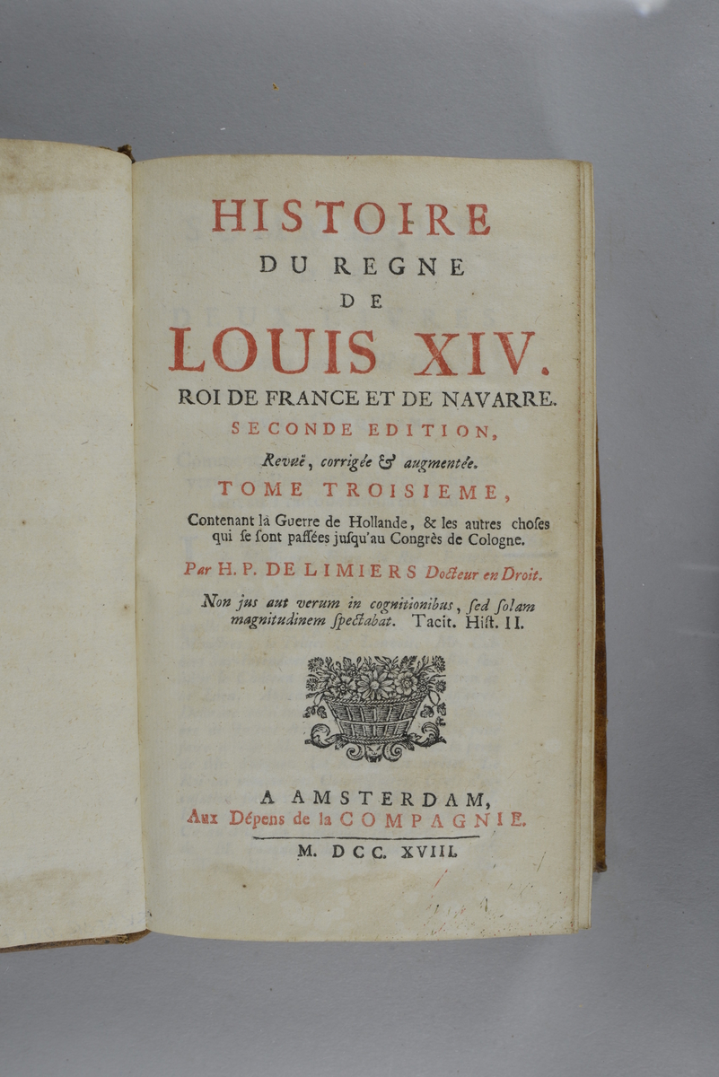 """Bok, helfranskt band """"Histoire du regne de Louis XIV"""", del 3, tryckt 1718. Skinnband med blindpressad och guldornerad rygg i fem upphöjda bind, trasigt titelfält med blindpressad titel, fält med volymens nummer, ägarens initialer J.G.S:  samt påklistrad pappersetikett. Med stänkt snitt. Planscher i koppartryck."""