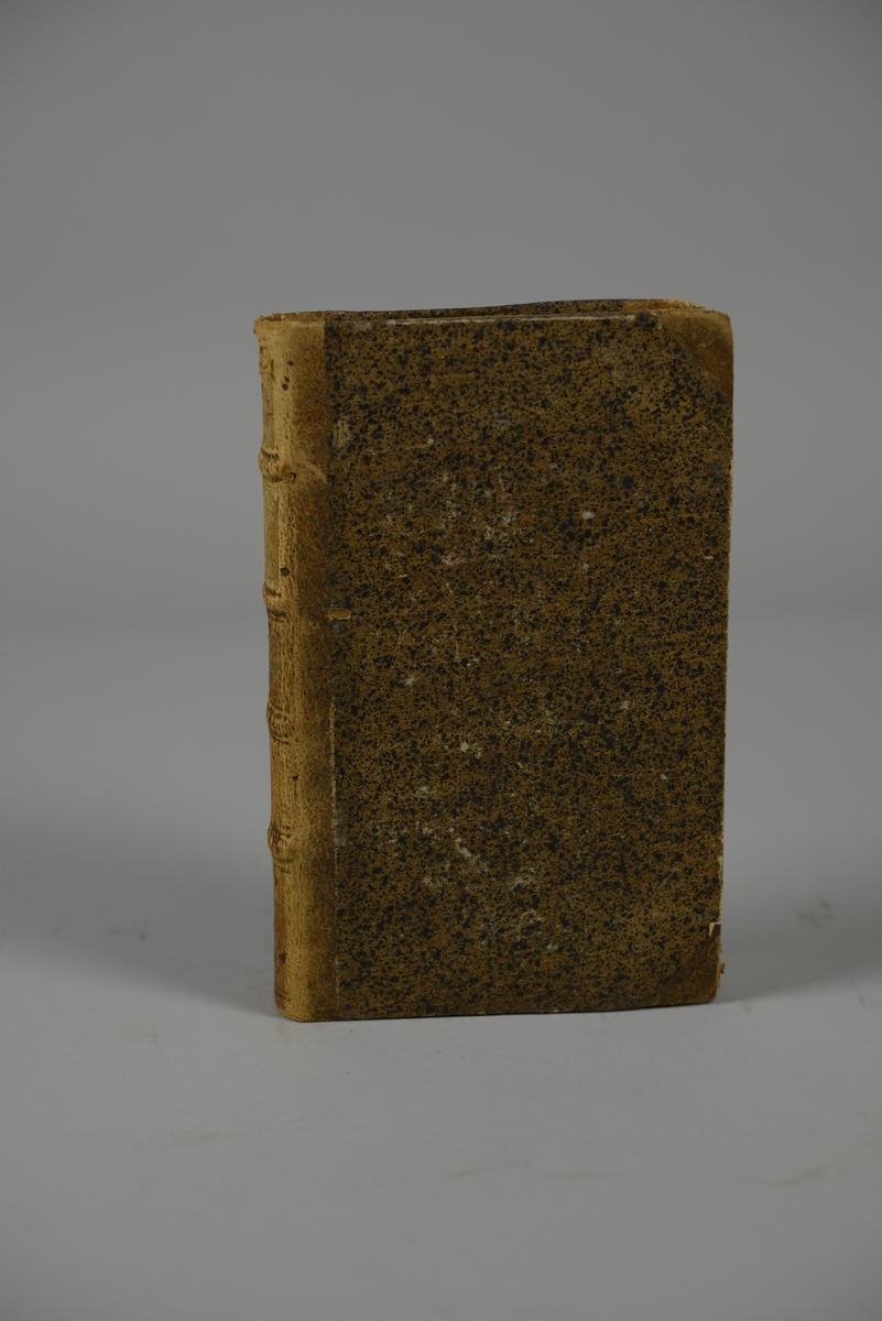 """Bok, halvfranskt band, """"Mémoires de Maximilien de Béthune, Duc de Sully..."""" del 8, skriven av Pierre de Mathurin, tryckt i London 1747. Band med stänkt papper, blindpressad rygg i fyra upphöjda bind, titelfält med blindpressad, guldpräglad titel, fält med volymens nummer samt påklistrad pappersetikett. Med stänkt snitt."""