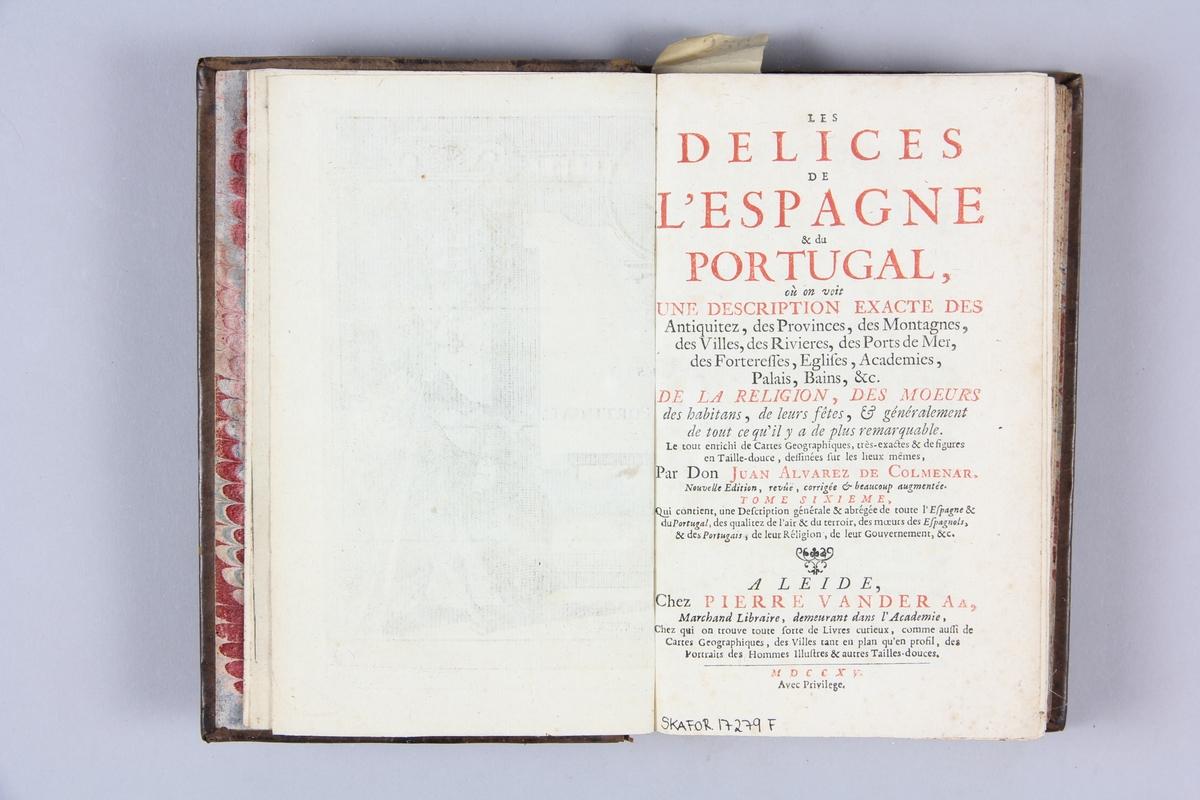 """Bok, helfranskt band, """"Les delices de l'Espagne & du Portugal"""", del 6, skriven av Alvarez de Colmenar, tryckt i Leiden 1715. Skinnband med rygg i fem upphöjda bind med guldpressad dekor, titelfält med blindpressad titel och fält med volymens nummer. Med stänkt snitt. Pärmarnas insidor klädda med marmorerat papper. Påklistrad pappersetikett med samlingsnummer. Illustrerad."""