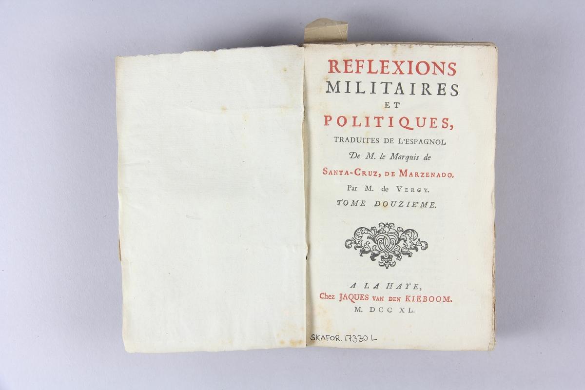 """Bok, häftad, """"Réflexions militaires et politiques"""", del 12. Pärmar av marmorerat papper, oskuret snitt. Etikett med titel och samlingsnummer på ryggen. Ej uppskuren."""