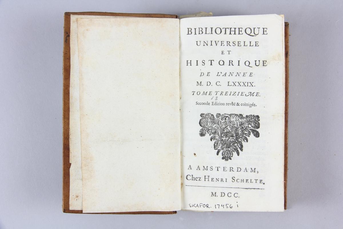 """Bok, helfranskt band """"Biblioteque universelle et historique"""" del 13, tryckt i Amsterdam 1700. Skinnband med blindpressad och guldornerad rygg i fyra upphöjda bind, ryggens fält skadade, etikett med samlingsnummer. Rödstänkt snitt."""