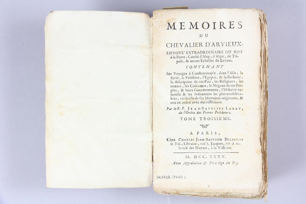 """Bok, häftad, """"Mémoires du chevalier d´Arvieux"""", del 3, tryckt 1735 i Paris. Pärm av marmorerat papper, oskuret snitt. Blekt rygg med etikett med titel och samlingsnummer."""