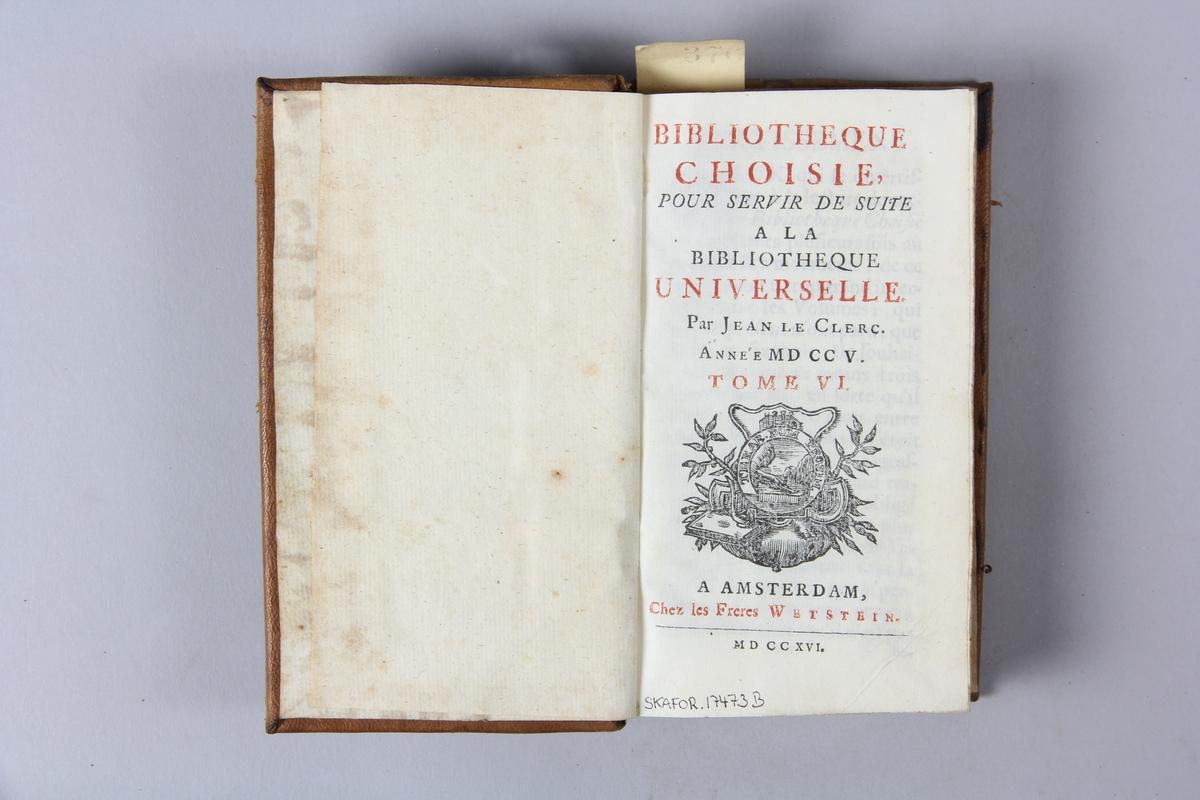 """Bok, helfranskt band """"Biblioteque choisie pour servir de suite à la biblioteque universelle"""", del 6, tryckt 1716 i Amsterdam. Skinnband med blindpressad och guldornerad rygg i fyra upphöjda bind, nötta och skadade fält med titel, volymens nummer, ägarens initialer och påklistrad pappersetikett med samlingsnummer. Rödstänkt snitt."""