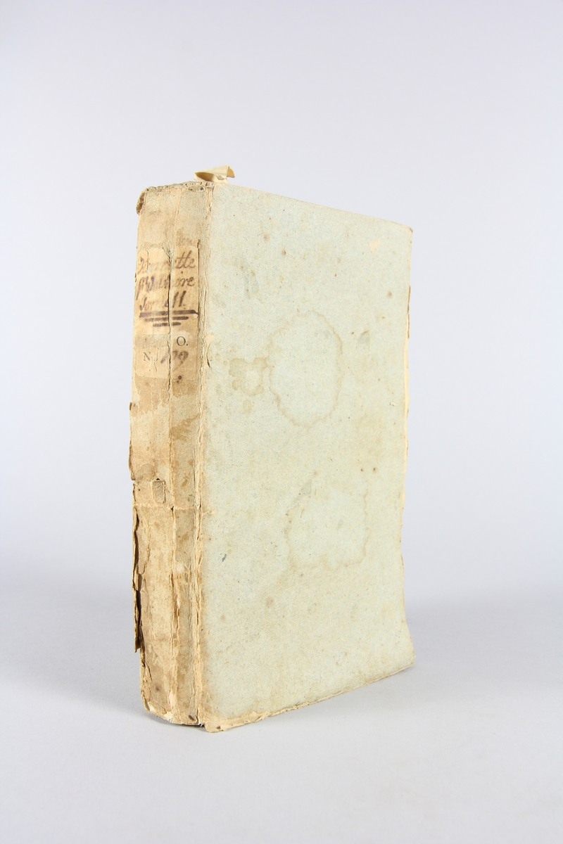 """Bok, pappband, """"Henriette"""", del 2, tryckt 1760 i Amsterdam. Pärmar av  gråblått papper, rygg med etikett med bokens titel, delvis svårtolkad, samt samlingsnummer. Oskuret snitt."""