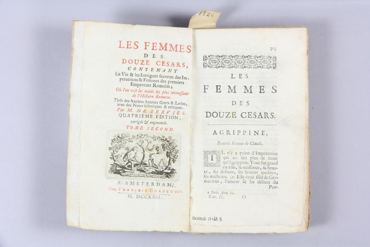 """Bok, pappband, """"Les femmes des douze césars"""", del 2, tryckt 1722 i Amsterdam. Marmorerade pärmar, blekt rygg med etikett med volymens titel (oläslig) och samlingsnummer. Oskuret snitt."""