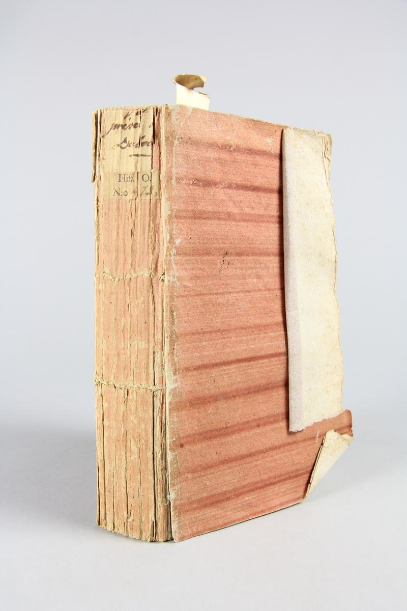 """Bok, pappband, """"Vie privée du cardinal Dubois"""", tryckt 1789 i London. Pärmar av rödrandigt papper, blekt rygg med påklistrade etiketter. Klistrade sidor ur annan bok på pärmarnas insidor. Skuret snitt. Med porträtt i kopparstick."""