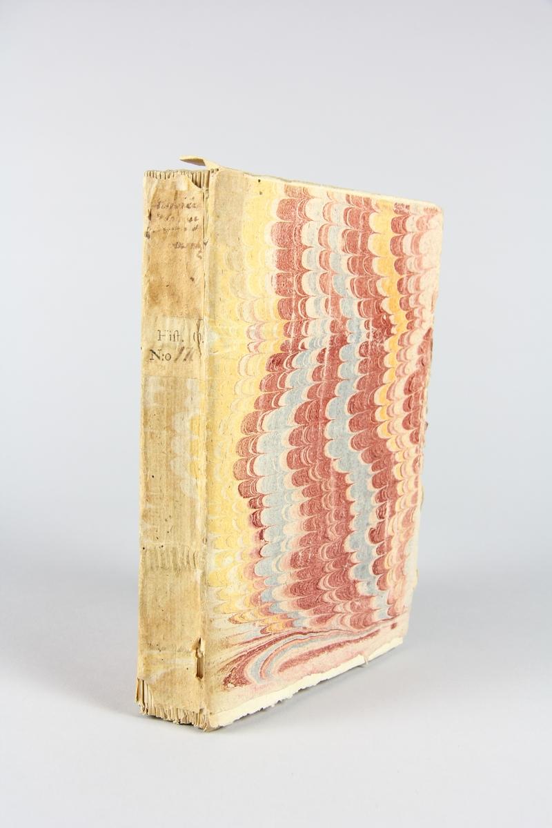 """Bok, häftad """"Histoire de la succession aux duchez de Cleves, Berg & Juliers"""", del 2, skriven av Rousset, tryckt 1738 i Amsterdam. Pärm av marmorerat papper, oskuret snitt. På ryggen etikett med titel och samlingsnummer."""