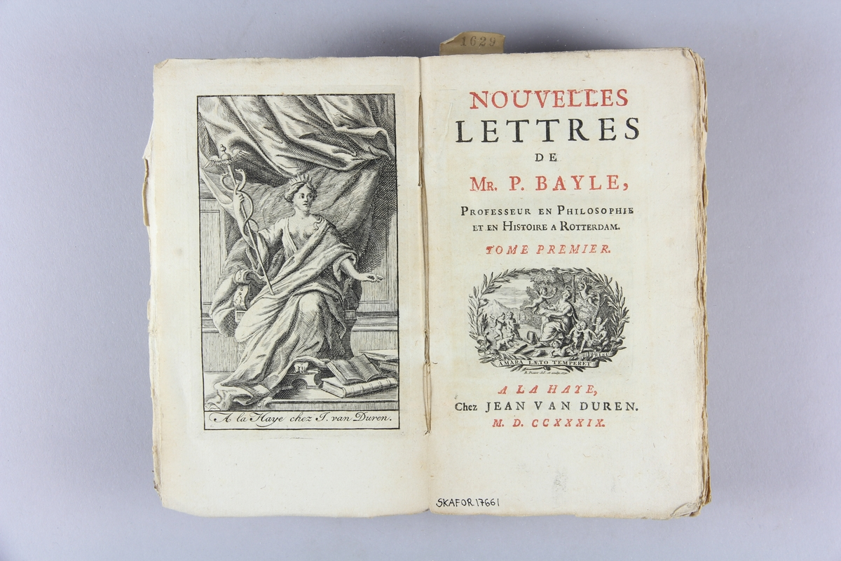 """Bok, häftad, """"Novelles lettres"""" del 1. Pärmar av marmorerat papper, oskuret snitt. Blekt rygg med titel och samlingsnummer."""
