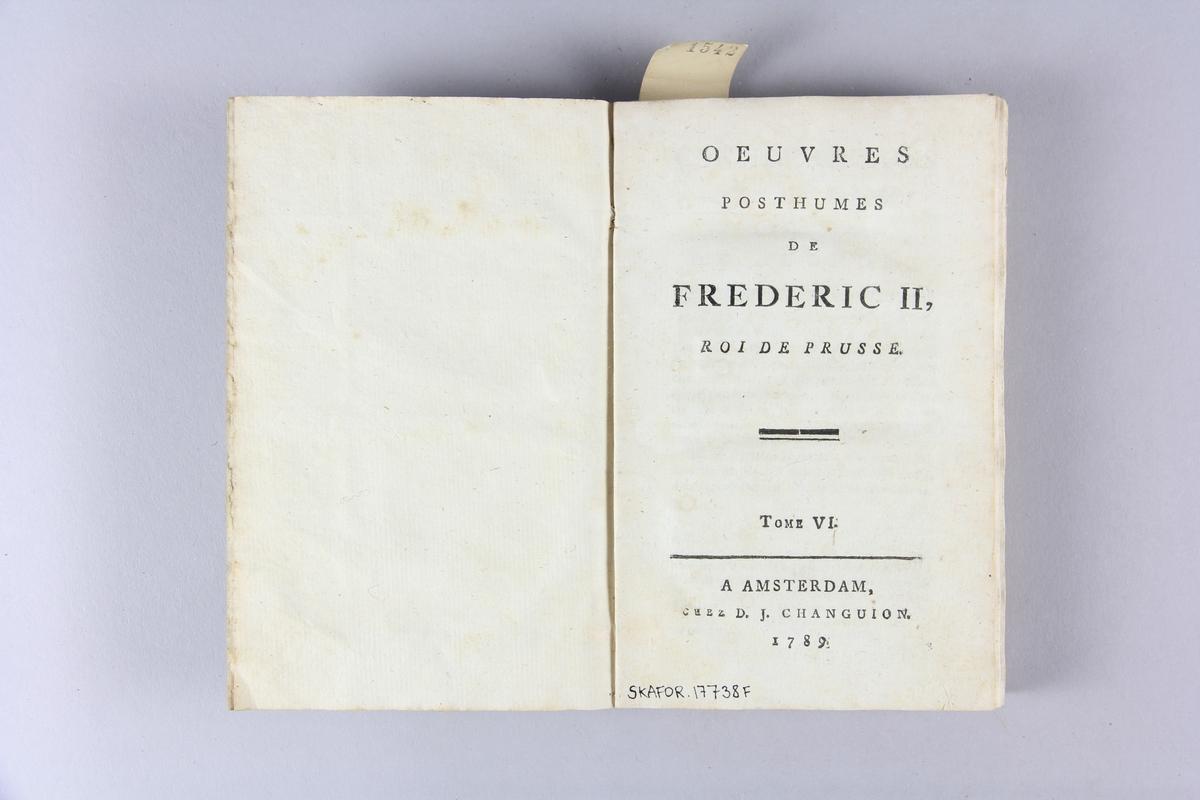 """Bok, häftad, """"Oeuvres posthumes de Frederic II, roi de Prusse"""", del 6. Pärmar av grågrön papp, skuret snitt. Samlingsnummer samt etikett med titel."""