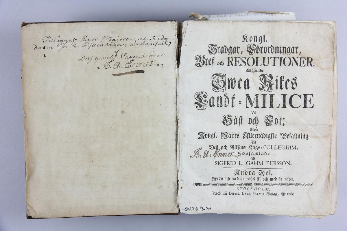 """Bok, """"Kongl. Stadgar, Förordningar, Brev och Resolutioner angående Svea Rikes Landt-Milice"""" del 2, 1686-1691. Skinnband med rygg i tre upphöjda bind, blågrönt snitt."""