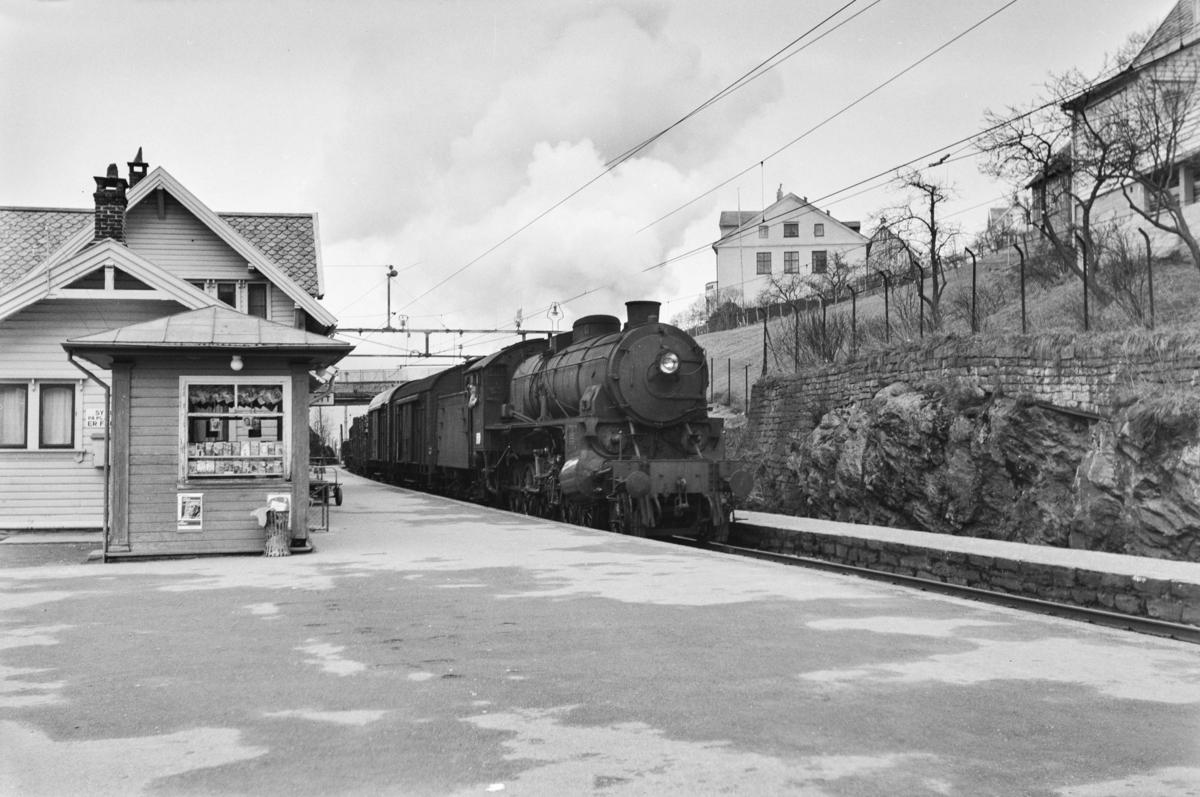Godstog retning Bergen, tog 5515, på Vaksdal stasjon. Toget trekkes av damplokomotiv type 31b nr. 449.