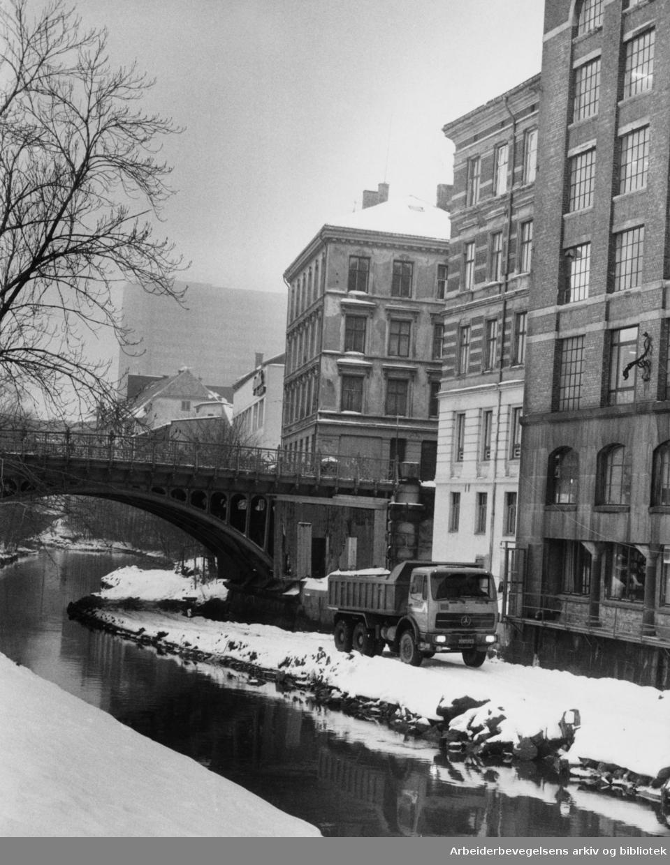 Akerselva. Hausmannsbrua. Februar 1982