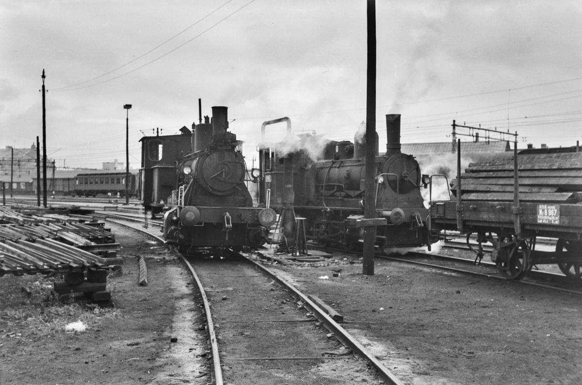 Damplokomotiv type 25d nr. 421 og 25e nr. 487 i skiftetjeneste på Oslo Østbanestasjon.