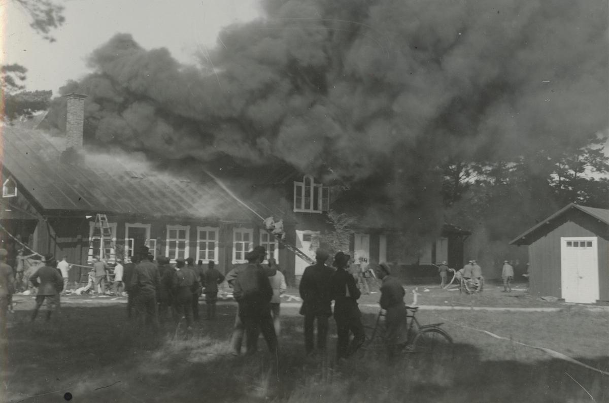 """Text i fotoalbum: """"Visborgs slätt. Södra barackens brand 7/9 1928""""."""