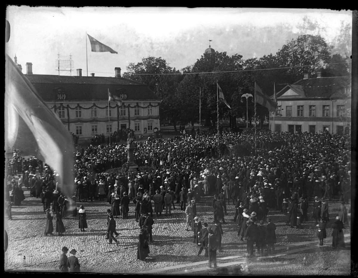 Folksamling på Stora torget för att fira Alingsås stads 300års jubileum.