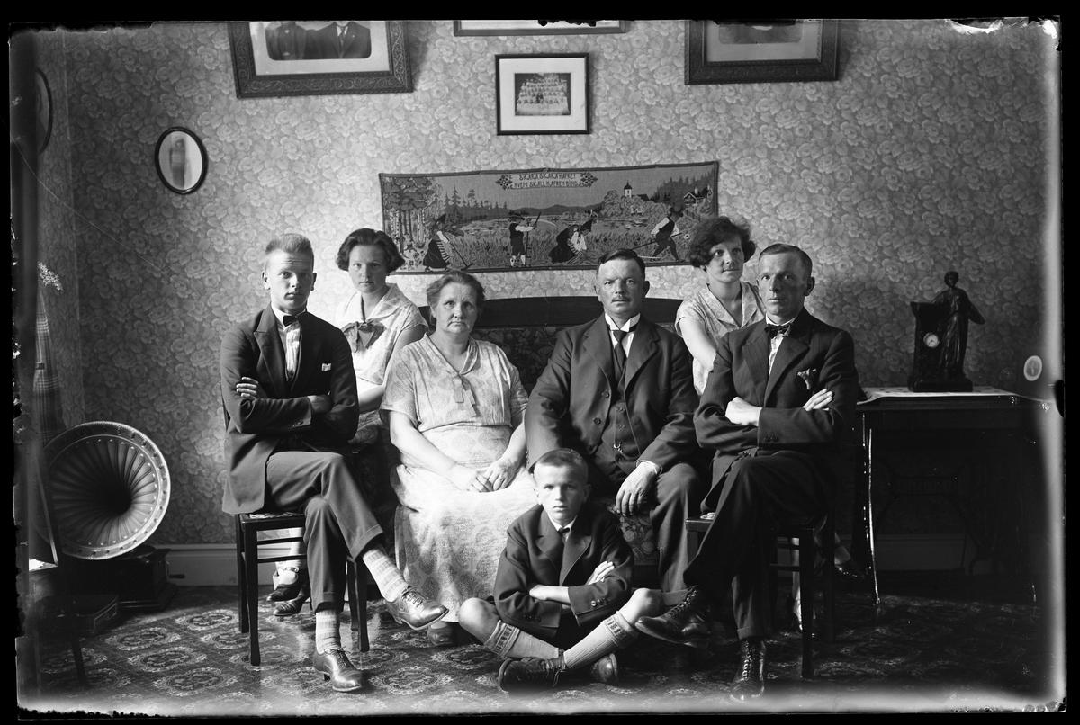 Familjen Hallgren fotograferade i ett finrum i samband med Karl Hallgrens 50årsdag.