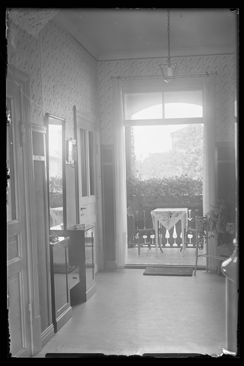 Ingenjör Bergs hall fotograferad ut mot verandan. Tolkat som att hemmet tillhör Gunnar Teodor Berg och Margit Maria (f. Eriksson Nordin).