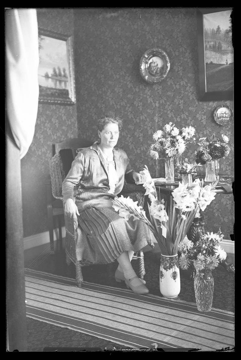 Fru Wincrantz fotograferad med blommor i samband med sin 50årsdag.