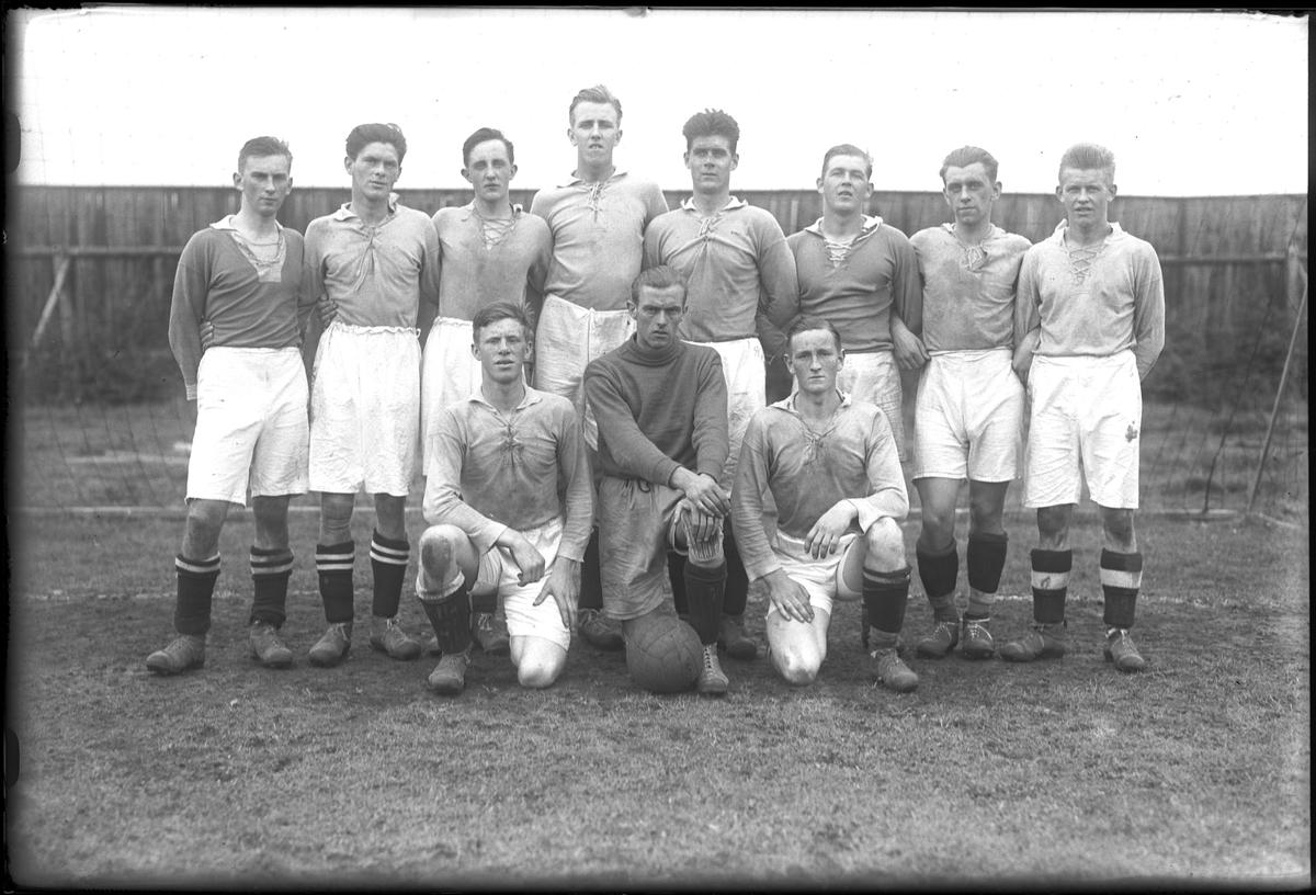 """Ett fotbollslag står uppställda för lagfotografering. I fotografens anteckningar står det """"B-laget""""."""