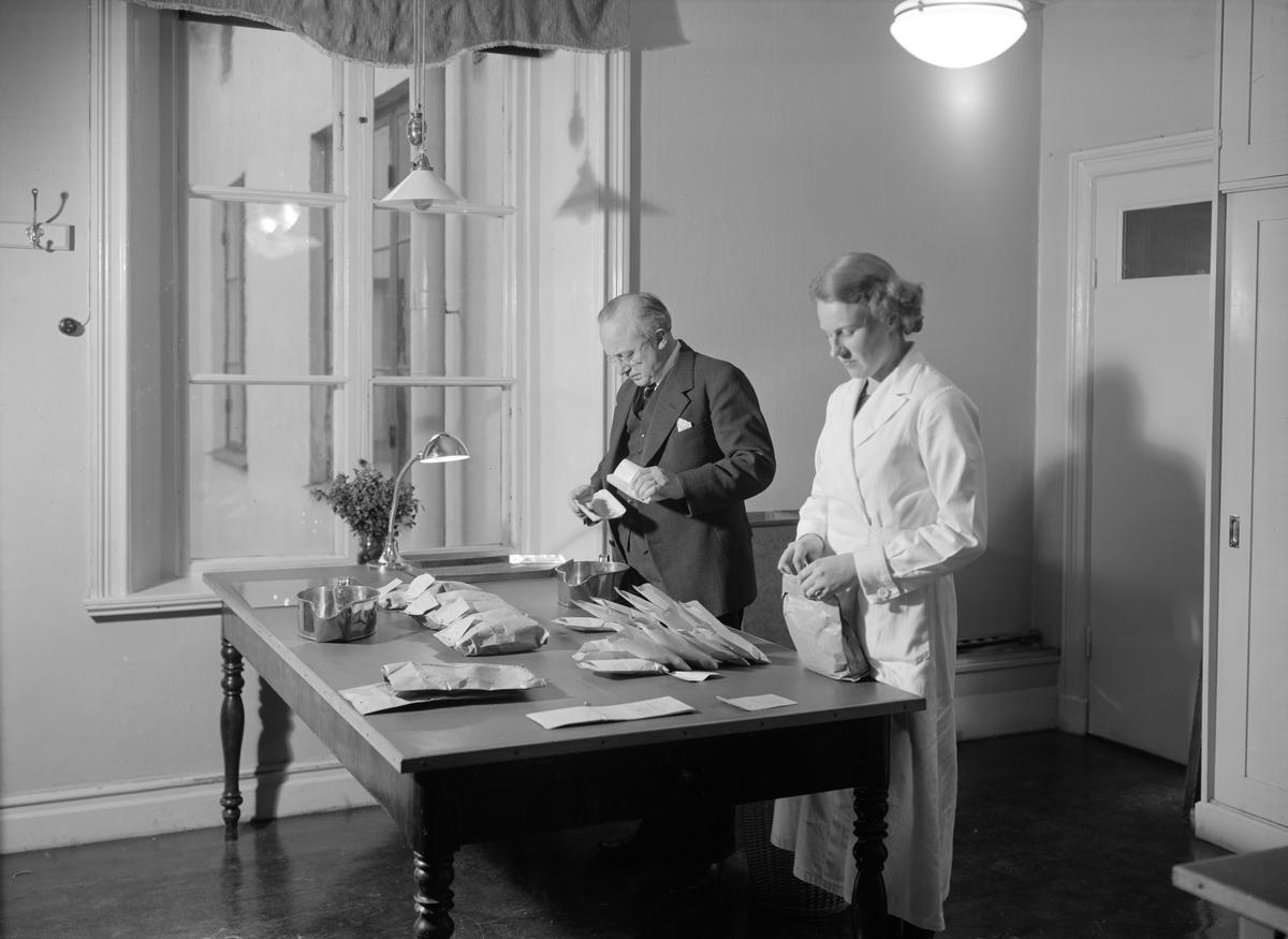Interiör från Frökontrollanstalten i Linköping. Vid tiden inrymt på adressen Stora torget 4. Mannen på bilden är anstaltens föreståndare Einar Trotzig.