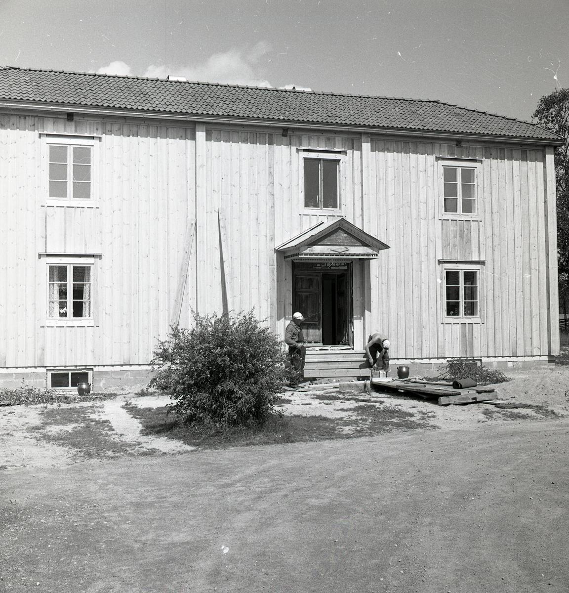 Två män bygger en trappa till ett hus, juni 1968.