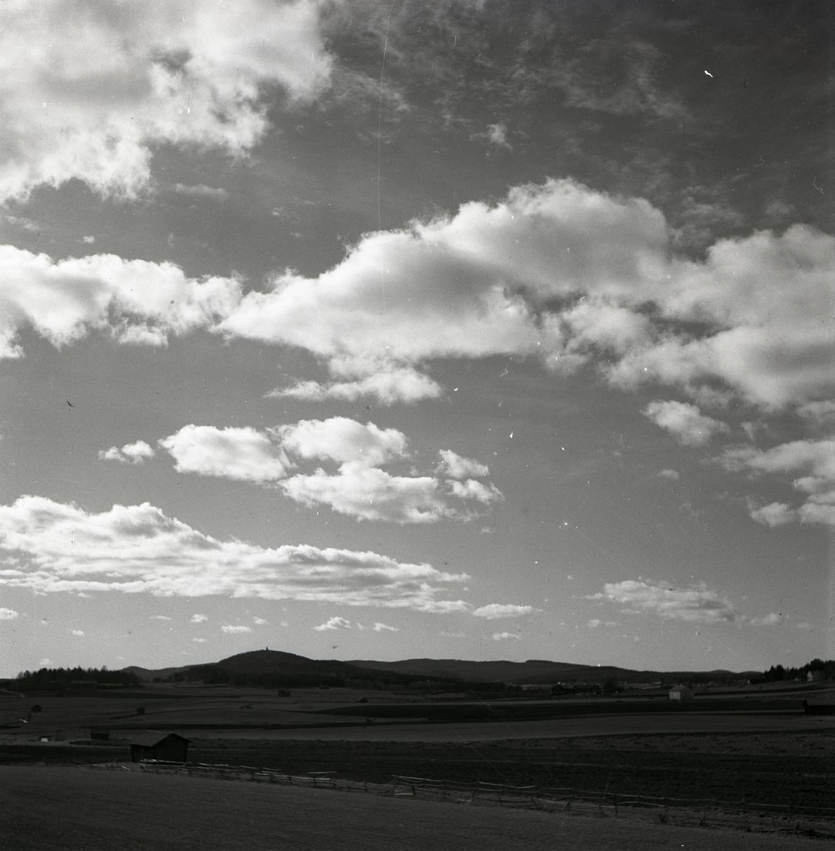 En landskapsvy under en molnig himmel, sommaren 1949.