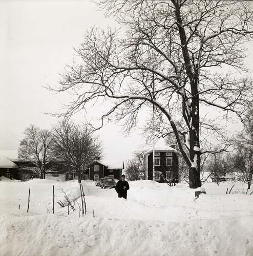 En man står på vägen som leder till gården Sunnanåker. Det är Hildings födelsedag, 21 februari 1969.