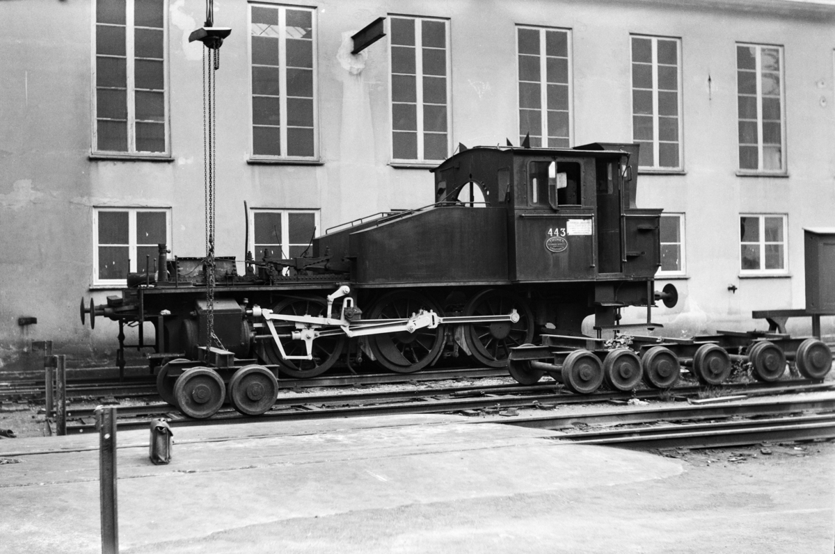 Damplokomotiv type 23b nr. 443 på Krossen ved Kristiansand. Kjel er demontert for revisjon.
