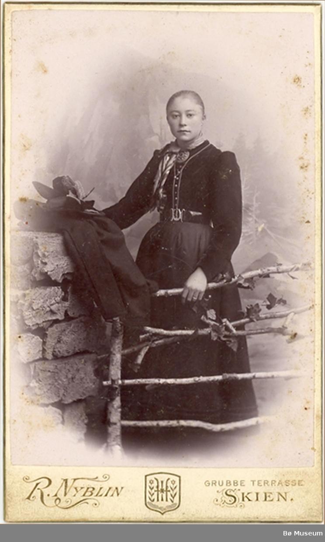 Foto av yngre kvinne i atelier.