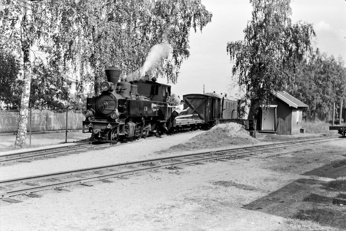 Damplokomotiv type XXIXb nr. 7 Prydz med oppsamlingstog etter Aurskog-Hølandbanens nedleggelse på Sørumsand stasjon.