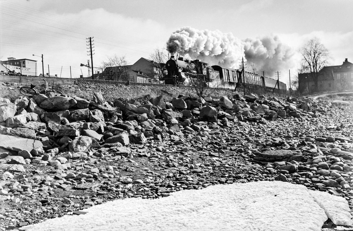 Persontog fra Oslo Ø til Lillehammer, tog 311, mellom Hamar og Jessnes. Toget trekkes av damplokomotiv type 30c nr. 469.