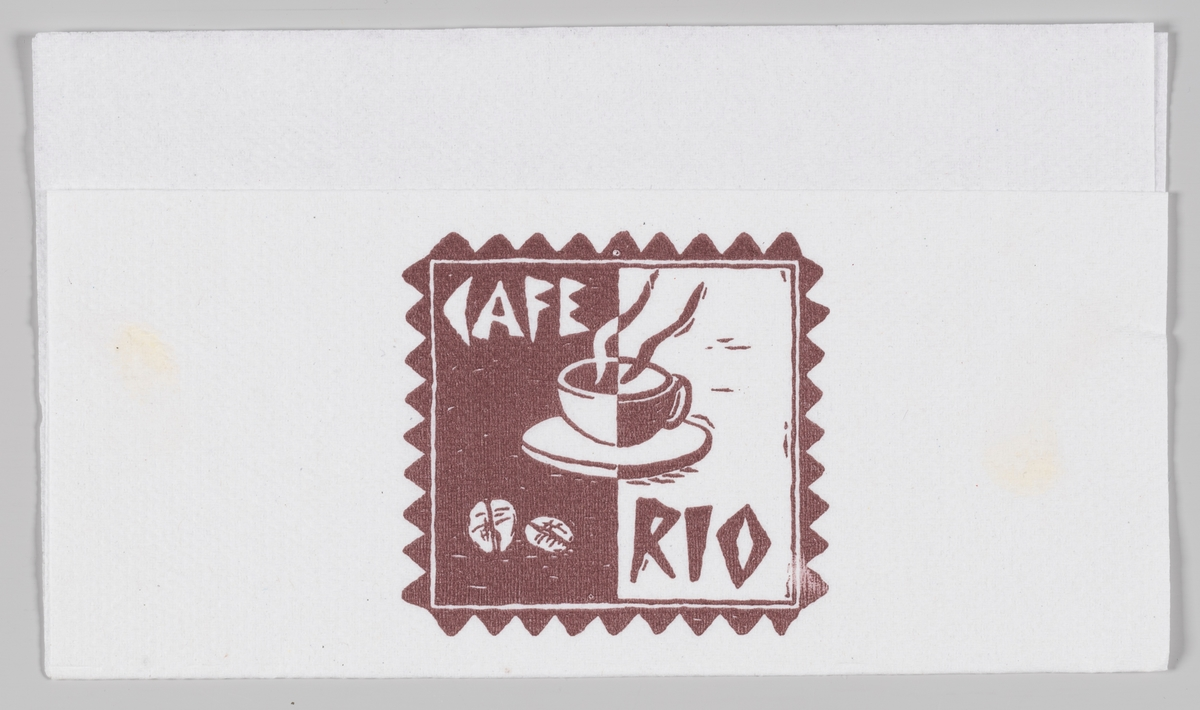 En kaffekopp med varm drikke og to kaffebønner og reklametekst for Kafe Rio