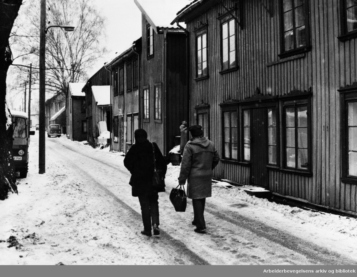 Brinkens gate, Brinken. Erik Melvold og Mona Larsen er ute og spaserer. Februar 1984